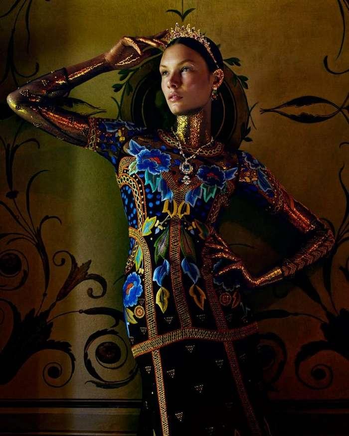 Модель Alexandra Martynova в фотосессии на страницах журнала How to Spend It Magazine