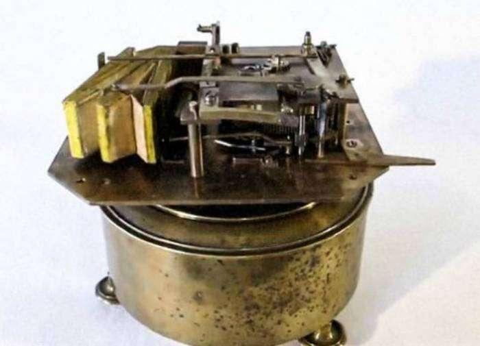 Механические шкатулки, которые имитировали пение птиц. Первые шкатулки начали производить во Франции в конце 19 века.