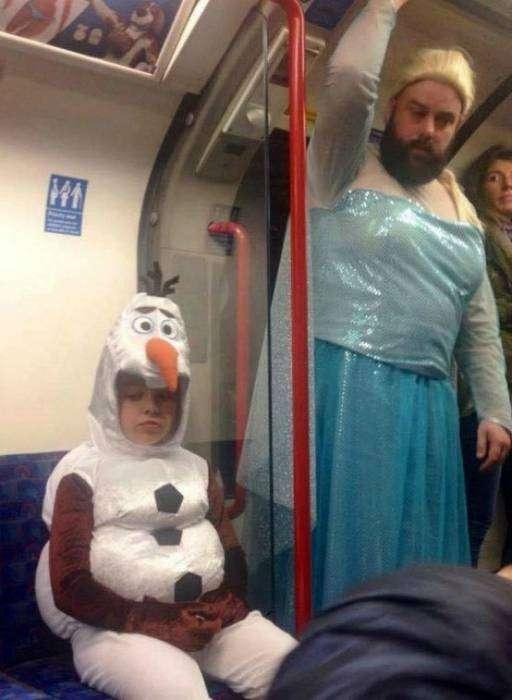 Хотел по старинке купить костюм Деда Мороза, но остался только костюм Эльзы...