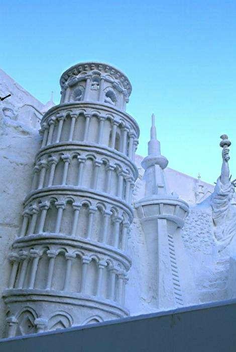 Пизанская Башня из снега.