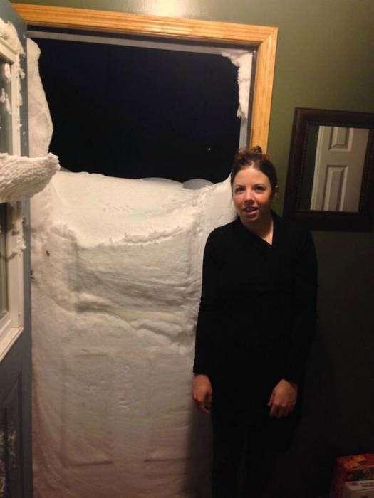 Снег постучался в дверь.