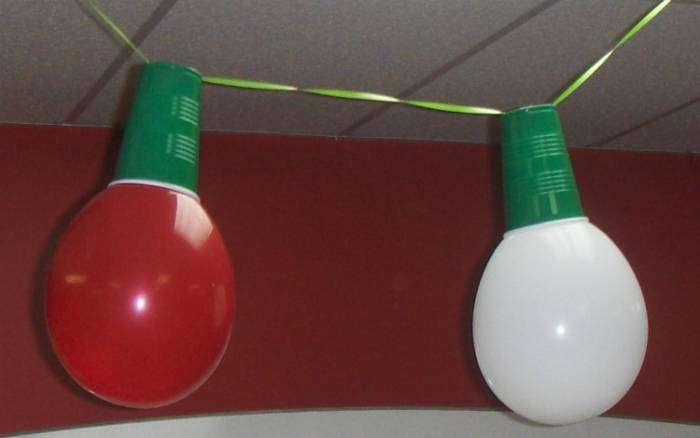 Необычную гирлянду можно сделать из пластиковых стаканчиков и разноцветных надувных шаров.