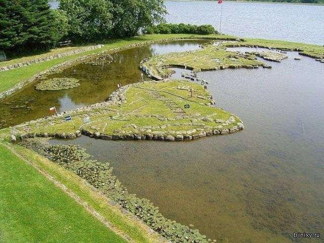 Датчанин создал миниатюрную карту мира на озере (9 фото)