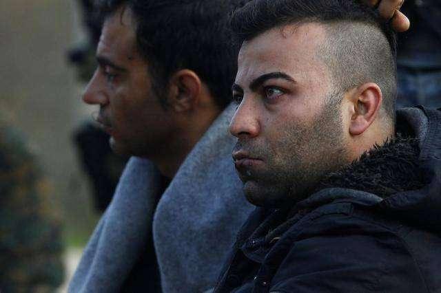 Иранские беженцы объявили голодовку и зашили себе рты (18 фото)