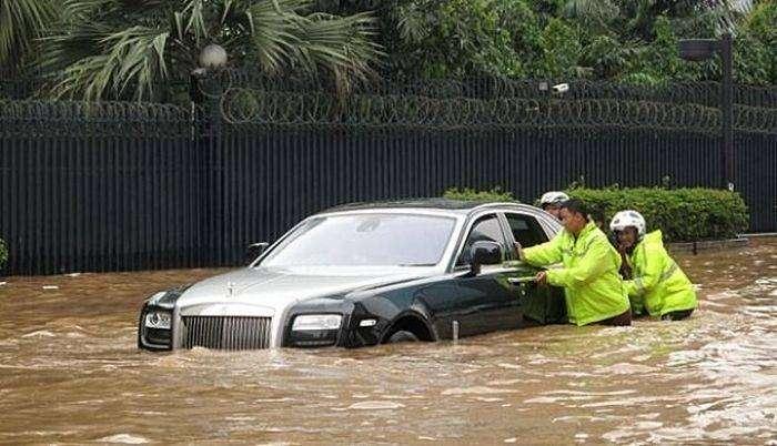 Шикарный автомобиль превратился в ванну для его владельца (12 фото)