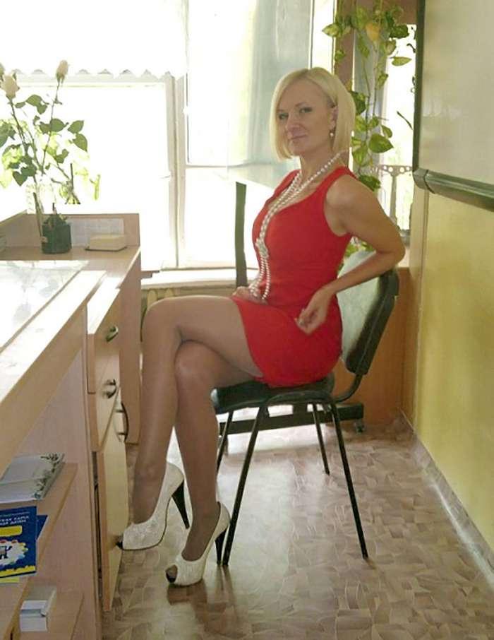 Раздвигает ножки на учительском столе  Эротика фото и