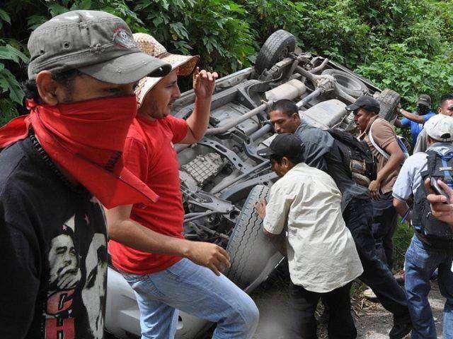 Не любят полицейских в Гондурасе (6 фото)