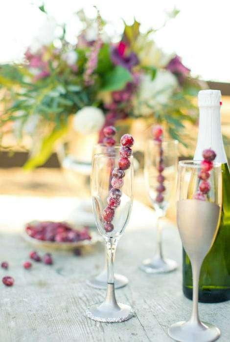 Замороженные ягоды, нанизанные на полочки станут отличным украшением для коктейлей.
