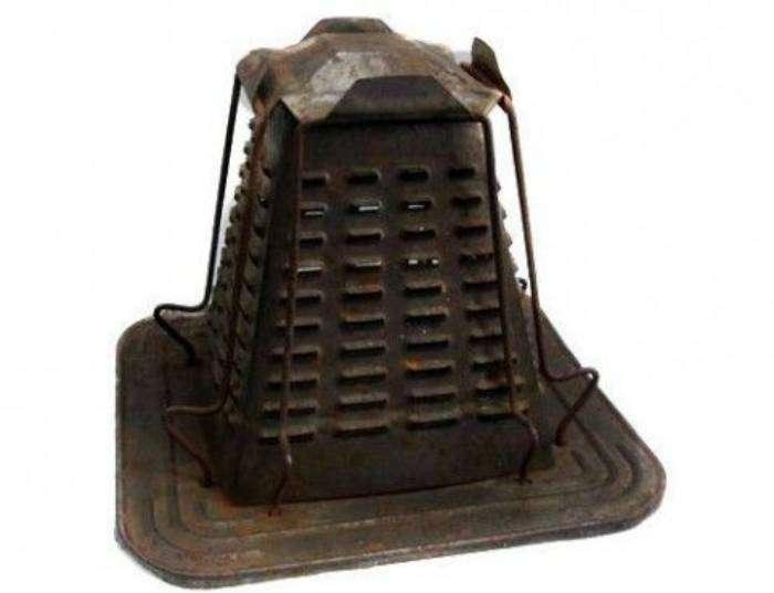 Предшественник современного тостера. В 19 веке он представлял собой жестяную пирамиду с дырочками в боковых панелях, под которой тлели угли и поджаривали хлеб прислоненный к этим панелям.