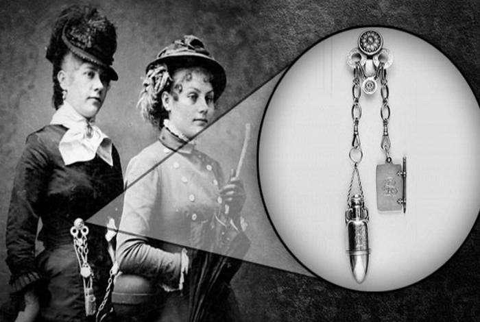 Приспособление, похожее на брошь с множеством цепочек, которое дамы носили на поясе. На цепочки вешали все необходимые вещи: ключи, наперстки, часы, ножницы, печать, уксусницу и многое другое.