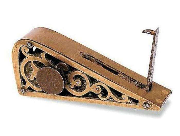 Механическая сигнализация 19 века. Устройство клали по дверь, подпирая ее штырем. Когда дверь открывалась, штырек падал на звонок, который громогласно оповещал хозяев о вторжении.