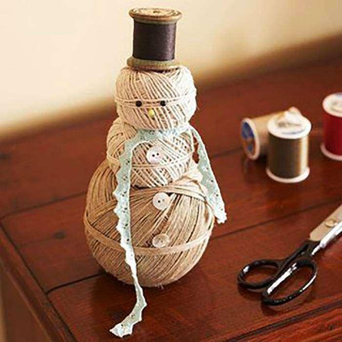 Забавный снеговик из ниток станет отличным украшением для дома.