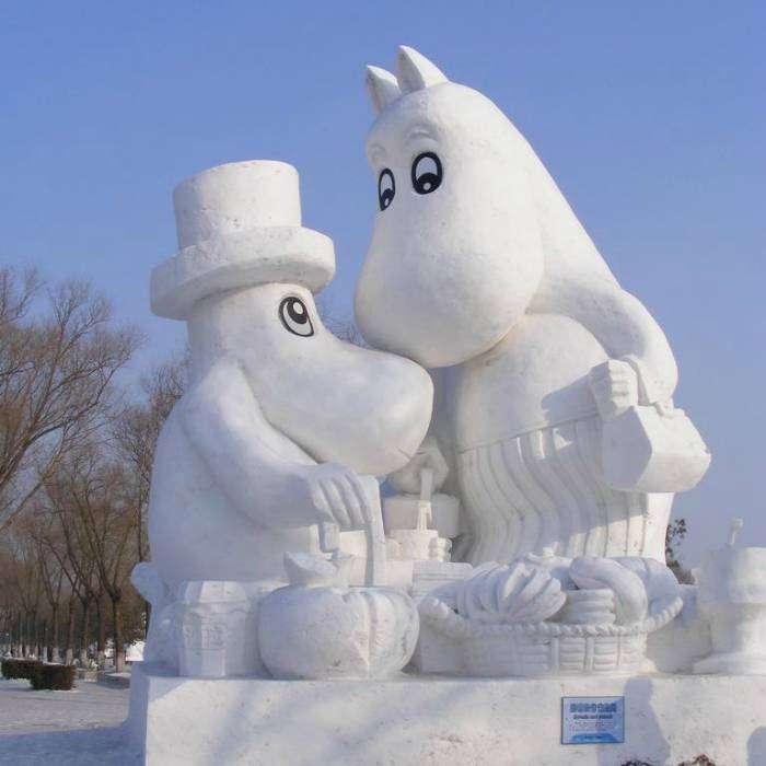 Скульптуры в виде муми-мамы и муми-папы из снега, созданные по мотивам книг писательницы Туве Янссон.