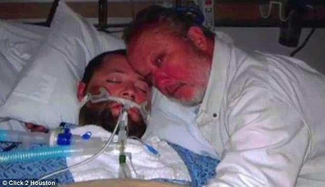 Пикеринг (справа) и его сын (слева) в клинике, где первый четыре часа отчаянно отстаивал право второго на жизнь