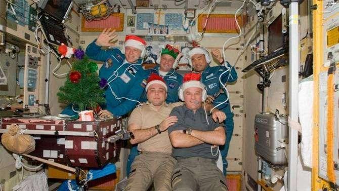 Рождество в космосе: веселые фотографии астронавтов на МКС
