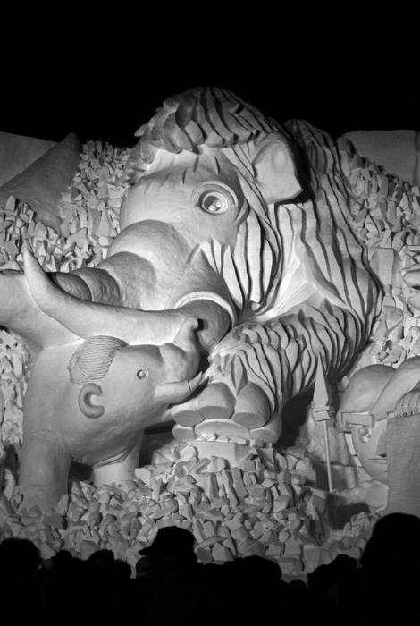 Снежная скульптура, изображающая мамонтенка и его маму.