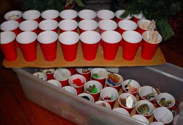 Маленькие елочные игрушки можно хранить в обычных пластиковых стаканах.