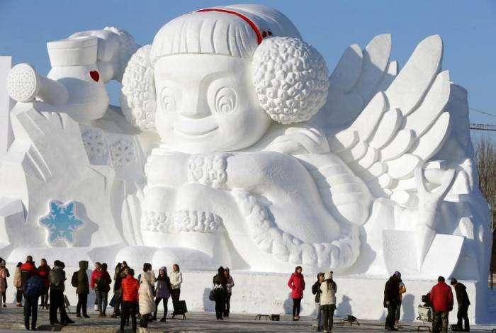 Очаровательная снежная скульптура, впечатляющих размеров.