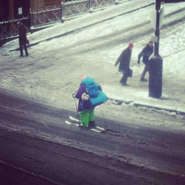 Хорошо зимой: стал на лыжи и покатил себе потихоньку на работу...