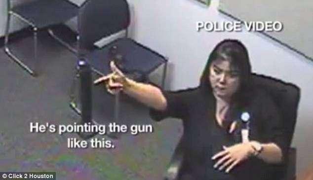 Доктор клиники показывает, как именно Пикеринг угрожал персоналу оружием