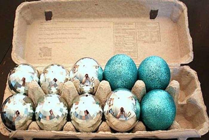 Чтобы елочные шарики из стекла не ломались, их можно хранить в картонных контейнерах от яиц.