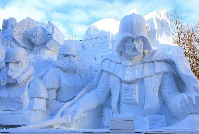 Снежные скульптуры, изображающие Дарта Вейдера и его армию.