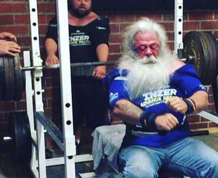 Санта готовится к тяжелому физическому труду.