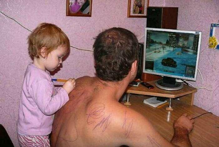 Когда в твоей дочери взыграли гены Малевича, а тебе лень искать альбом для рисования.