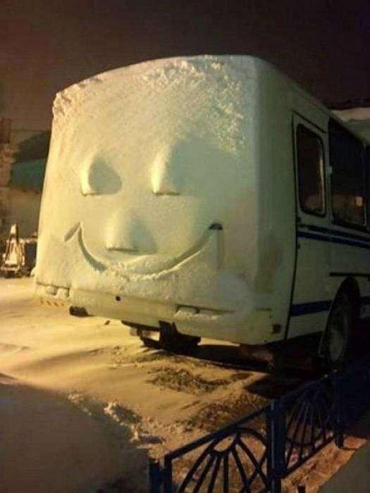 Даже автобус радуется первому снегу.
