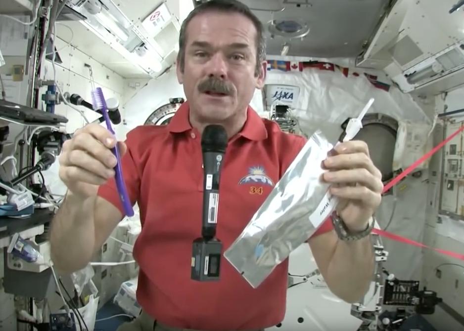 Как космонавты чистят зубы в невесомости