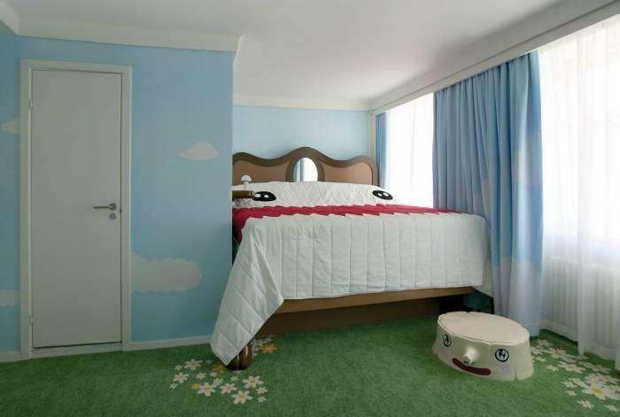 Похоже, расчет на то, что ребенок здорово устанет, пока будет взбираться на кровать.