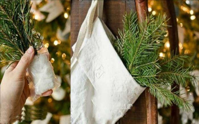 Чтобы еловые ветки не потеряли свой вид, оберните их небольшой мокрой тряпочкой и заверните в пакет. Такие веточки можно спрятать в маленькие тряпичные сумочки и украсить ими дом.