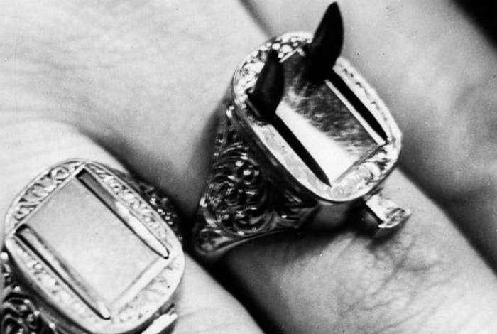Перстень с двумя выдвижными лезвиями, которые откидывались путем нажатия миниатюрной кнопки на кольце. Такой перстень использовали в Викторианскую эпоху для защиты от воров.