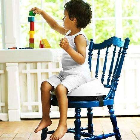 Стул-бустер позволит не тратить деньги на высокий стул для ребёнка