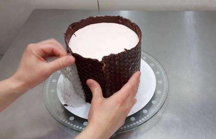 Снимаем плёнку с шоколадного бортика