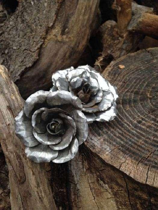 Симпатичный и элегантный жестяной цветок - необычное украшение.