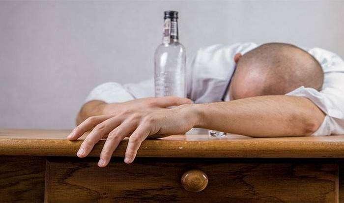 Пить слишком много алкоголя.
