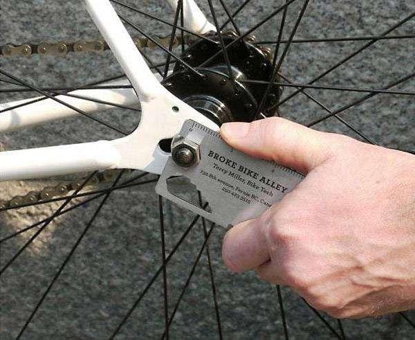 Визитная карточка в виде универсального инструмента для велосипеда.