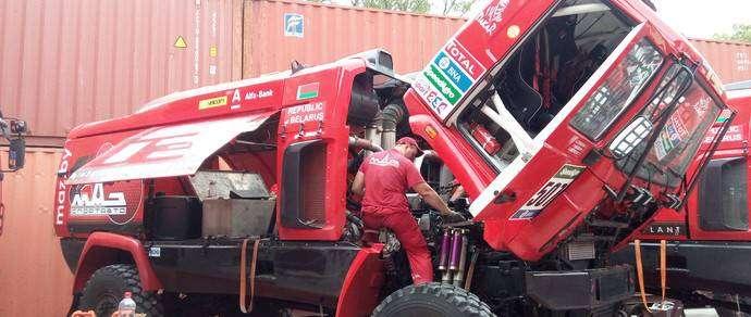 Новый раллийный МАЗ для «Дакара» оснащен двигателем на основе Caterpillar мощностью 930 л. с. Сам грузовик стал на 300 кг легче