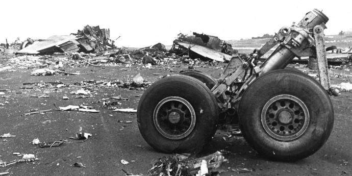 the details of the 1977 crash of the century between klm and pan am On march 27, 1977, at los rodeos airport in tenerife, pan am flight 1736 was sitting on the taxiway waiting to take off a thick fog obscured the approach of klm 4805, as it bore directly towards them nearly half a century later, it remains history's deadliest air crash the 1977 collision of two.