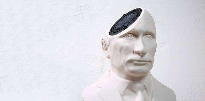 Колонки-бюсты с изображением любимых лидеров.