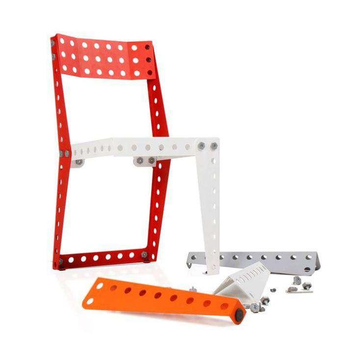 Из такого стула легко сделать журнальный столик или полку для книг