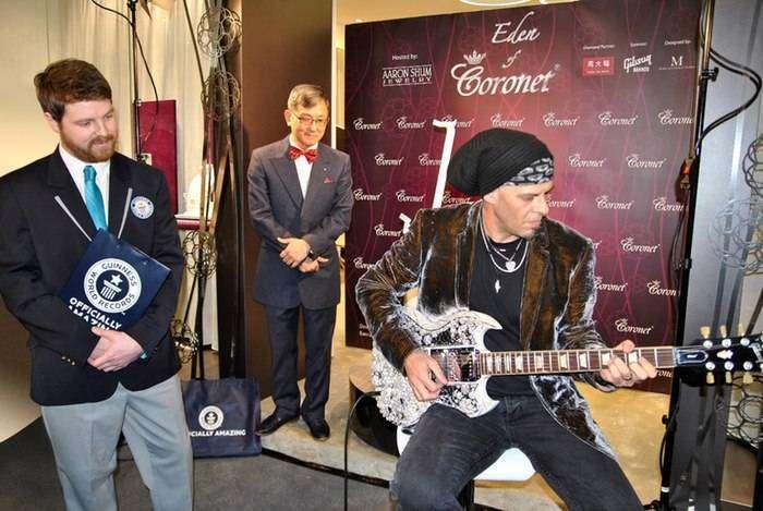 Гитара с бриллиантами.