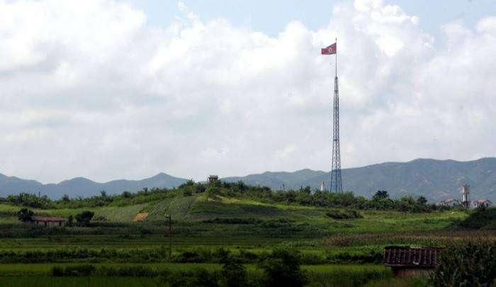 Гигантский флаг КНДР на территории деревни-призрака Киджондон