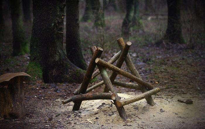 Белорусский бездомный поселился в землянке в лесу (11 фото)