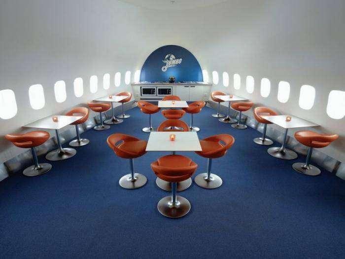 Недорогой отель в самолете Boeing 747 в Стокгольме (15 фото)