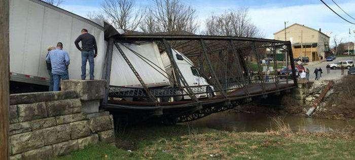 Девушка разрушила старый металлический мост (5 фото)