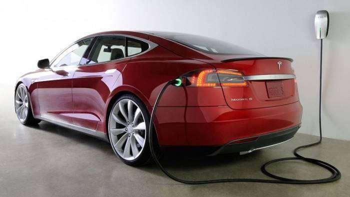 В Норвегии Tesla Model S сгорела на станции быстрой зарядки (3 фото)