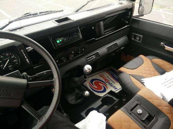 Land rover defender 1987 или как в англии обновляют старые машины (6 фото)