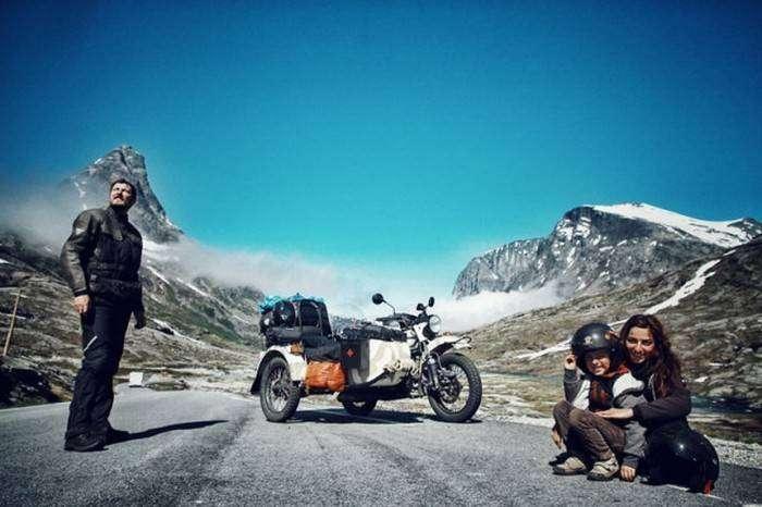 Семья объехала всю Европу на мотоцикле (40 фото)